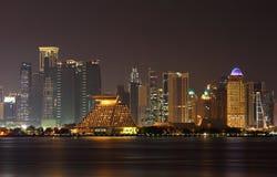 De stadshorizon van Doha bij nacht, Qatar Royalty-vrije Stock Afbeelding