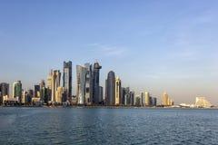 De stadshorizon van de Dohazonsondergang stock afbeelding