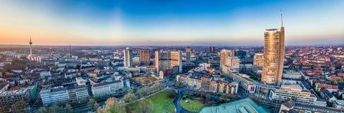 De stadshorizon van Essen onder de zonsondergang Royalty-vrije Stock Afbeeldingen