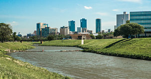 De stadshorizon van Fort Worth Texas en de stad in Stock Afbeelding