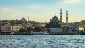 De stadshorizon van Istanboel met mening van Yeni Cami Mosque in Istanboel, Turkije stock videobeelden