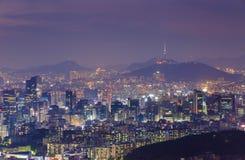 De stadshorizon van Korea en de Toren van N Seoel stock foto's