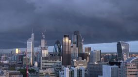 De Stadshorizon van Londen timelapse met donkere wolken in de avond stock videobeelden