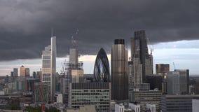 De Stadshorizon van Londen timelapse met donkere wolken in de vroege avond stock footage