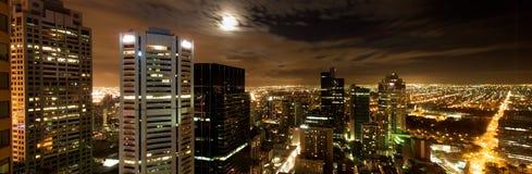 De stadshorizon van Melbourne bij nachtpanorama Stock Afbeelding