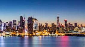 De Stadshorizon van New York bij dageraad stock foto