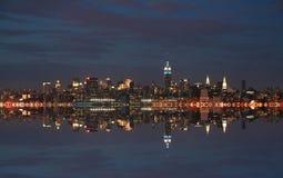 De stadshorizon van New York bij nacht royalty-vrije stock afbeelding