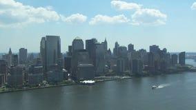 De stadshorizon van New York met boot stock footage