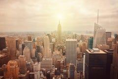 De Stadshorizon van New York met retro filtereffect stock afbeeldingen
