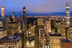 De Stadshorizon van New York met stedelijke wolkenkrabbers bij nacht stock foto's