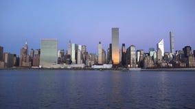 De Stadshorizon van New York met stedelijke wolkenkrabbers bij zonsondergang 2019 royalty-vrije stock foto's