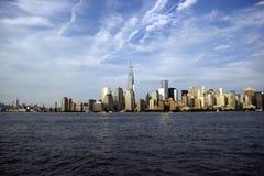 De Stadshorizon van New York op een zonnige dag Stock Foto's
