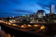 De stadshorizon van Portland Oregon bij nacht stock foto's