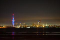 De Stadshorizon van Portsmouth en Spinnakertoren bij Nacht Royalty-vrije Stock Foto