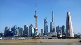 De stadshorizon van Shanghai, China op de Huangpu-Rivier royalty-vrije stock foto's