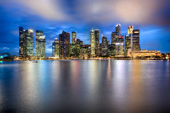 De stadshorizon van Singapore bij nacht Royalty-vrije Stock Fotografie