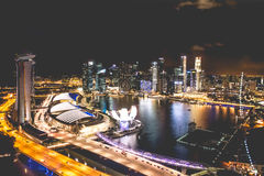 De stadshorizon van Singapore bij nacht en mening van Marina Bay Top Views Royalty-vrije Stock Foto's