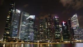 De Stadshorizon van Singapore en Financieel district over Marina Bay stock videobeelden