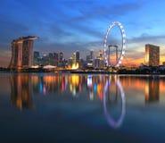 De stadshorizon van Singapore in zonsondergangtijd stock afbeelding