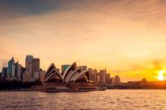 De stadshorizon van Sydney bij zonsondergang stock foto's