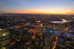 De stadshorizon van Sydney bij zonsondergang Royalty-vrije Stock Foto's