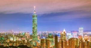 De stadshorizon van Taipeh, Taiwan bij schemering stock videobeelden
