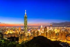 De stadshorizon van Taipeh, Taiwan bij schemering Royalty-vrije Stock Afbeeldingen