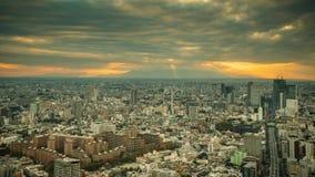 De stadshorizon van Tokyo bij zonsondergang in Tokyo, Japan stock video