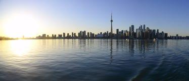De stadshorizon van Toronto bij zonsondergang stock afbeelding