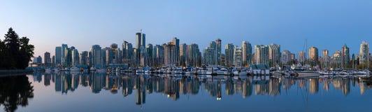 De Stadshorizon van Vancouver BC door het Havenpanorama Royalty-vrije Stock Foto's