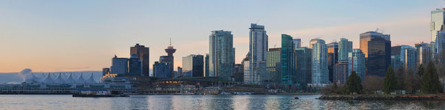 De Stadshorizon van Vancouver BC van Stanley Park bij Zonsopgang Stock Fotografie