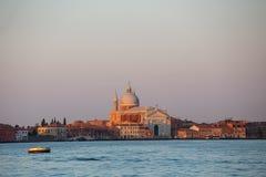 De stadshorizon van Venetië bij zonsopgang stock afbeelding
