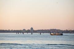 De stadshorizon van Venetië bij zonsopgang stock foto