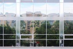 de stadshuizen zijn misvormd vervormd nagedacht in de vensters van een grote supermarkt stock afbeelding