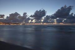 De stadskustlijn, overzees en wolken van Haifa bij avond Stock Foto