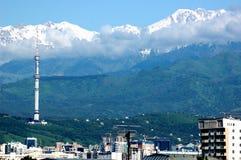 De stadslandschap van Alma Ata met bergen Royalty-vrije Stock Fotografie