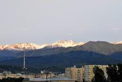 De stadslandschap van Alma Ata met bergen Stock Foto's