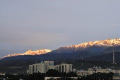 De stadslandschap van Alma Ata met bergen Stock Afbeeldingen