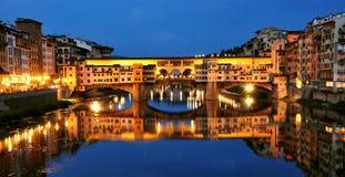 De stadslichten van Florence 's nachts, Italië