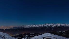 De de stadslichten van Turijn, panoramische nachtmening van sneeuw behandelden Alpen door maanlicht met duidelijke hemel Italië stock video