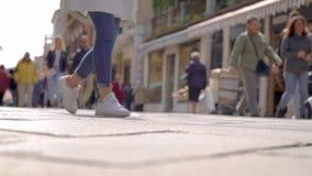 De stadslui lopen over straat en stadsvierkant in zonnige de lentedag, mening van grond, vaag schot stock videobeelden