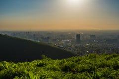De stadsmening van Alma Ata bij zonsondergang Luchtmening van miststad Royalty-vrije Stock Foto's