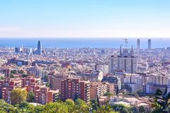 De stadsmening van Barcelona van Park Guell bij zonsopgang Mooie blauwe hemel Stock Fotografie