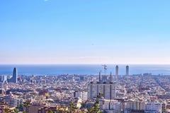 De stadsmening van Barcelona van Park Guell bij zonsopgang Mooie blauwe hemel Stock Afbeelding