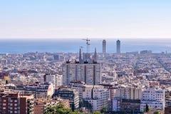 De stadsmening van Barcelona van Park Guell bij zonsopgang Mooie blauwe hemel Royalty-vrije Stock Foto