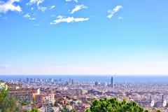 De stadsmening van Barcelona van Park Guell bij zonsopgang Mooie blauwe hemel Stock Foto