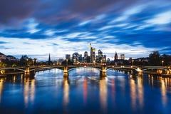 De stadsmening van Frankfurt van rivierleiding Stock Afbeelding