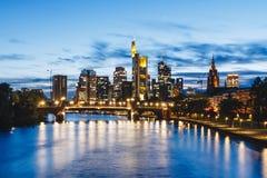 De stadsmening van Frankfurt van rivierleiding Royalty-vrije Stock Afbeeldingen