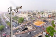 De stadsmening van kabeltelevisie en van het onduidelijke beeld op achtergrond Stock Fotografie