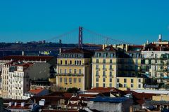 De stadsmening van Lissabon en vijfentwintigste van April Bridge Ponte 25 DE Abril Stock Fotografie
